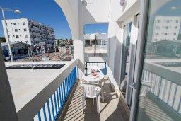 Балкон. Кипр, Санрайз Протарас : Уютный апартамент с гостиной, отдельной спальней и балконом, расположен в самом центре Протараса в 350м от песчаного пляжа Sunrise Beach