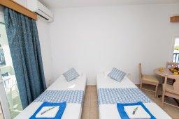 Гостиная. Кипр, Санрайз Протарас : Уютный апартамент с гостиной, отдельной спальней и балконом, расположен в самом центре Протараса в 350м от песчаного пляжа Sunrise Beach
