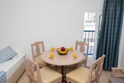 Обеденная зона. Кипр, Санрайз Протарас : Уютный апартамент с гостиной, отдельной спальней и балконом, расположен в самом центре Протараса в 350м от песчаного пляжа Sunrise Beach