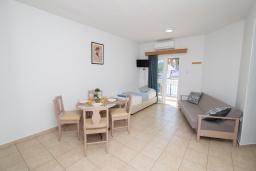 Гостиная. Кипр, Санрайз Протарас : Очаровательный апартамент с гостиной, отдельной спальней и уютным балконом, расположен в самом центре Протараса в 350м от песчаного пляжа Sunrise Beach