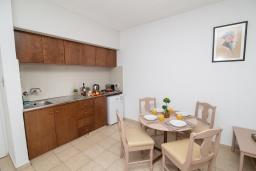Обеденная зона. Кипр, Санрайз Протарас : Очаровательный апартамент с гостиной, отдельной спальней и уютным балконом, расположен в самом центре Протараса в 350м от песчаного пляжа Sunrise Beach