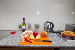 Кухня. Кипр, Санрайз Протарас : Очаровательный апартамент с гостиной, отдельной спальней и уютным балконом, расположен в самом центре Протараса в 350м от песчаного пляжа Sunrise Beach