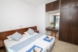 Спальня. Кипр, Санрайз Протарас : Очаровательный апартамент с гостиной, отдельной спальней и уютным балконом, расположен в самом центре Протараса в 350м от песчаного пляжа Sunrise Beach