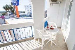Балкон. Кипр, Санрайз Протарас : Очаровательный апартамент с гостиной, отдельной спальней и уютным балконом, расположен в самом центре Протараса в 350м от песчаного пляжа Sunrise Beach