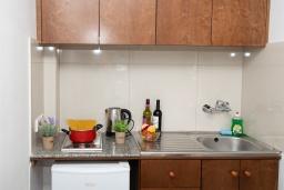 Кухня. Кипр, Санрайз Протарас : Комфортабельный апартамент с гостиной, отдельной спальней и уютным балконом, расположен в самом центре Протараса в 350м от песчаного пляжа Sunrise Beach