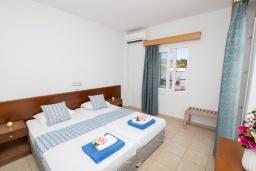 Спальня. Кипр, Санрайз Протарас : Комфортабельный апартамент с гостиной, отдельной спальней и уютным балконом, расположен в самом центре Протараса в 350м от песчаного пляжа Sunrise Beach