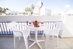 Балкон. Кипр, Санрайз Протарас : Комфортабельный апартамент с гостиной, отдельной спальней и уютным балконом, расположен в самом центре Протараса в 350м от песчаного пляжа Sunrise Beach