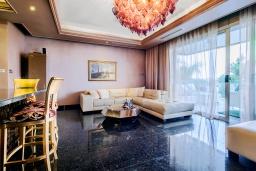 Гостиная. Кипр, Айос Тихонас Лимассол : Роскошный апартамент с видом на Средиземное море, с 3-мя спальнями, 2-мя ванными комнатами, расположен в комплексе с бассейном, настольным теннисом и барбекю, в 100 метрах от берега моря