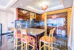 Кухня. Кипр, Айос Тихонас Лимассол : Роскошный апартамент с видом на Средиземное море, с 3-мя спальнями, 2-мя ванными комнатами, расположен в комплексе с бассейном, настольным теннисом и барбекю, в 100 метрах от берега моря