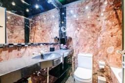 Ванная комната. Кипр, Айос Тихонас Лимассол : Роскошный апартамент с видом на Средиземное море, с 3-мя спальнями, 2-мя ванными комнатами, расположен в комплексе с бассейном, настольным теннисом и барбекю, в 100 метрах от берега моря