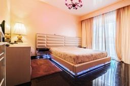 Спальня. Кипр, Айос Тихонас Лимассол : Роскошный апартамент с видом на Средиземное море, с 3-мя спальнями, 2-мя ванными комнатами, расположен в комплексе с бассейном, настольным теннисом и барбекю, в 100 метрах от берега моря