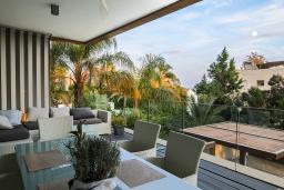 Балкон. Кипр, Айос Тихонас Лимассол : Роскошный апартамент с видом на Средиземное море, с 3-мя спальнями, 2-мя ванными комнатами, расположен в комплексе с бассейном, настольным теннисом и барбекю, в 100 метрах от берега моря