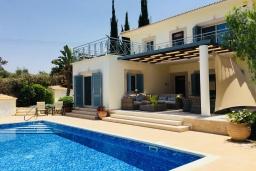 Вид на виллу/дом снаружи. Кипр, Лачи : Современная вилла с видом на Средиземное море, с 3-мя спальнями, с бассейном, тенистой террасой с lounge-зоной, барбекю, расположена в Neo Chorio всего в 100 метрах от пляжа Anassa Hotel beach