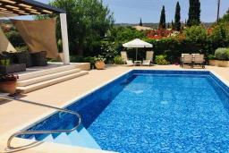 Бассейн. Кипр, Лачи : Современная вилла с видом на Средиземное море, с 3-мя спальнями, с бассейном, тенистой террасой с lounge-зоной, барбекю, расположена в Neo Chorio всего в 100 метрах от пляжа Anassa Hotel beach