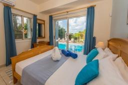 Спальня. Кипр, Лачи : Современная вилла с видом на Средиземное море, с 3-мя спальнями, с бассейном, тенистой террасой с lounge-зоной, барбекю, расположена в Neo Chorio всего в 100 метрах от пляжа Anassa Hotel beach