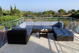 Балкон. Кипр, Лачи : Современная вилла с видом на Средиземное море, с 3-мя спальнями, с бассейном, тенистой террасой с lounge-зоной, барбекю, расположена в Neo Chorio всего в 100 метрах от пляжа Anassa Hotel beach