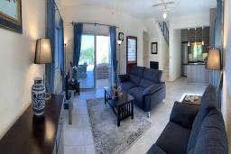 Гостиная. Кипр, Лачи : Современная вилла с видом на Средиземное море, с 3-мя спальнями, с бассейном, тенистой террасой с lounge-зоной, барбекю, расположена в Neo Chorio всего в 100 метрах от пляжа Anassa Hotel beach