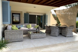 Терраса. Кипр, Лачи : Современная вилла с видом на Средиземное море, с 3-мя спальнями, с бассейном, тенистой террасой с lounge-зоной, барбекю, расположена в Neo Chorio всего в 100 метрах от пляжа Anassa Hotel beach