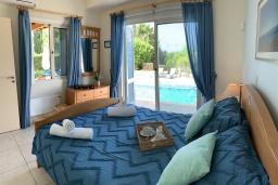 Спальня 2. Кипр, Лачи : Современная вилла с видом на Средиземное море, с 3-мя спальнями, с бассейном, тенистой террасой с lounge-зоной, барбекю, расположена в Neo Chorio всего в 100 метрах от пляжа Anassa Hotel beach