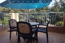 Балкон. Кипр, Пафос город : Очаровательный апартамент с отдельной спальней, уютным балконом, расположен в комплексе с бассейном всего в 400 метрах от моря