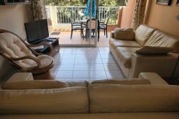 Гостиная. Кипр, Пафос город : Очаровательный апартамент с отдельной спальней, уютным балконом, расположен в комплексе с бассейном всего в 400 метрах от моря