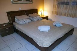 Спальня. Кипр, Пафос город : Очаровательный апартамент с отдельной спальней, уютным балконом, расположен в комплексе с бассейном всего в 400 метрах от моря