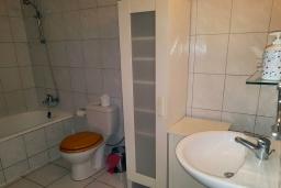 Ванная комната. Кипр, Пафос город : Очаровательный апартамент с отдельной спальней, уютным балконом, расположен в комплексе с бассейном всего в 400 метрах от моря