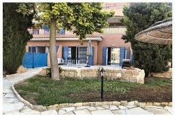 Терраса. Кипр, Пафос город : Прекрасный апартамент с отдельной спальней, меблированной террасой, расположен в комплексе с бассейном всего в 400 метрах от моря