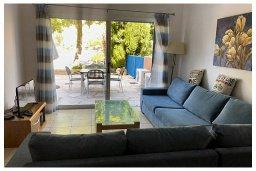 Гостиная. Кипр, Пафос город : Прекрасный апартамент с отдельной спальней, меблированной террасой, расположен в комплексе с бассейном всего в 400 метрах от моря