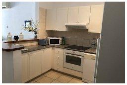 Кухня. Кипр, Пафос город : Прекрасный апартамент с отдельной спальней, меблированной террасой, расположен в комплексе с бассейном всего в 400 метрах от моря