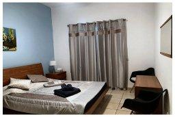 Спальня. Кипр, Пафос город : Прекрасный апартамент с отдельной спальней, меблированной террасой, расположен в комплексе с бассейном всего в 400 метрах от моря