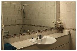 Ванная комната. Кипр, Пафос город : Прекрасный апартамент с отдельной спальней, меблированной террасой, расположен в комплексе с бассейном всего в 400 метрах от моря