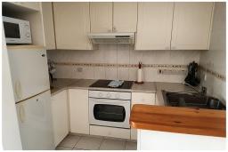 Кухня. Кипр, Пафос город : Потрясающий апартамент с отдельной спальней, просторной меблированной террасой, расположен в комплексе с бассейном всего в 400 метрах от моря