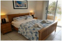 Спальня. Кипр, Пафос город : Потрясающий апартамент с отдельной спальней, просторной меблированной террасой, расположен в комплексе с бассейном всего в 400 метрах от моря