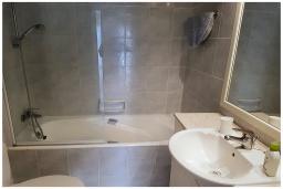 Ванная комната. Кипр, Пафос город : Потрясающий апартамент с отдельной спальней, просторной меблированной террасой, расположен в комплексе с бассейном всего в 400 метрах от моря