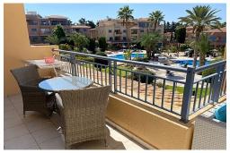 Терраса. Кипр, Пафос город : Потрясающий апартамент с отдельной спальней, просторной меблированной террасой, расположен в комплексе с бассейном всего в 400 метрах от моря