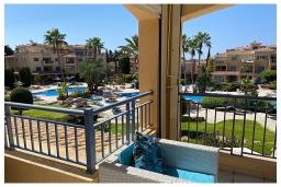 Вид. Кипр, Пафос город : Потрясающий апартамент с отдельной спальней, просторной меблированной террасой, расположен в комплексе с бассейном всего в 400 метрах от моря