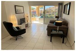 Гостиная. Кипр, Пафос город : Потрясающий апартамент с отдельной спальней, просторной меблированной террасой, расположен в комплексе с бассейном всего в 400 метрах от моря