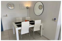 Обеденная зона. Кипр, Пафос город : Потрясающий апартамент с отдельной спальней, просторной меблированной террасой, расположен в комплексе с бассейном всего в 400 метрах от моря