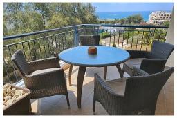 Балкон. Кипр, Пафос город : Прекрасный апартамент с видом на Средиземное море, с 2-мя спальнями, с 2-мя ванными комнатами, расположен в комплексе с бассейном всего в 400 метрах от моря