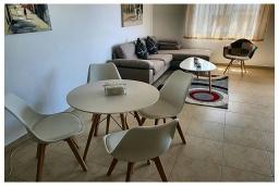Обеденная зона. Кипр, Пафос город : Прекрасный апартамент с видом на Средиземное море, с 2-мя спальнями, с 2-мя ванными комнатами, расположен в комплексе с бассейном всего в 400 метрах от моря