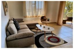 Гостиная. Кипр, Пафос город : Прекрасный апартамент с видом на Средиземное море, с 2-мя спальнями, с 2-мя ванными комнатами, расположен в комплексе с бассейном всего в 400 метрах от моря