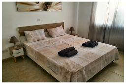 Спальня. Кипр, Пафос город : Прекрасный апартамент с видом на Средиземное море, с 2-мя спальнями, с 2-мя ванными комнатами, расположен в комплексе с бассейном всего в 400 метрах от моря