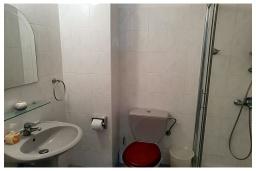 Ванная комната 2. Кипр, Пафос город : Прекрасный апартамент с видом на Средиземное море, с 2-мя спальнями, с 2-мя ванными комнатами, расположен в комплексе с бассейном всего в 400 метрах от моря
