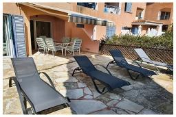 Терраса. Кипр, Пафос город : Очаровательный апартамент с 2-мя спальнями, с 2-мя ванными комнатами, с просторной террасой с патио, расположен в комплексе с бассейном всего в 500 метрах от моря