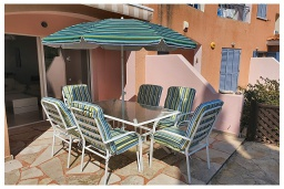 Патио. Кипр, Пафос город : Очаровательный апартамент с 2-мя спальнями, с 2-мя ванными комнатами, с просторной террасой с патио, расположен в комплексе с бассейном всего в 500 метрах от моря