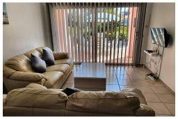 Гостиная. Кипр, Пафос город : Очаровательный апартамент с 2-мя спальнями, с 2-мя ванными комнатами, с просторной террасой с патио, расположен в комплексе с бассейном всего в 500 метрах от моря