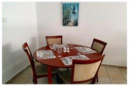 Обеденная зона. Кипр, Пафос город : Очаровательный апартамент с 2-мя спальнями, с 2-мя ванными комнатами, с просторной террасой с патио, расположен в комплексе с бассейном всего в 500 метрах от моря