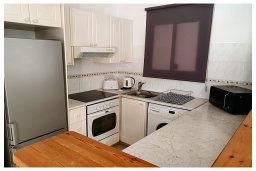 Кухня. Кипр, Пафос город : Очаровательный апартамент с 2-мя спальнями, с 2-мя ванными комнатами, с просторной террасой с патио, расположен в комплексе с бассейном всего в 500 метрах от моря