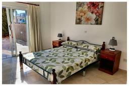 Спальня. Кипр, Пафос город : Очаровательный апартамент с 2-мя спальнями, с 2-мя ванными комнатами, с просторной террасой с патио, расположен в комплексе с бассейном всего в 500 метрах от моря